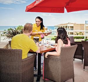 Restaurant Tisch außen mit Pärchen - MAGIC LIFE.com