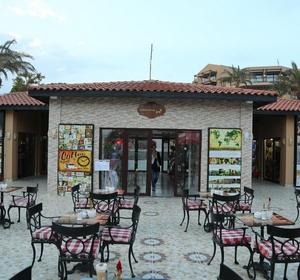 Club Waterworld Restaurant mit Tischen außen - MAGIC LIFE.com
