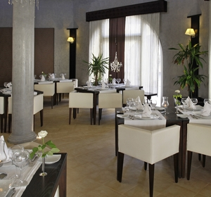 Club Penelope Restaurant mit Tischen innen - MAGIC LIFE.com