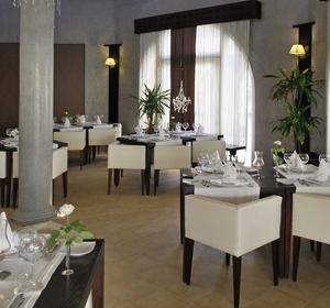 Club Penelope Restaurant mit Tischen innen - MAGIC LIFE.com