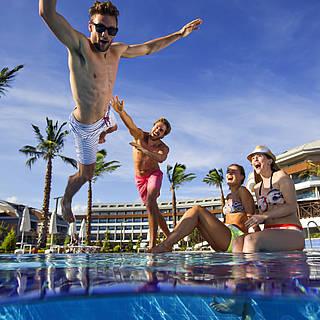 Spaß mit Freunden am Pool