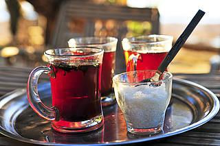 Landestypischer Tee in Ägypten, serviert auf einem Tablett