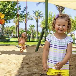 Spielplatz mit zwei Kindern, Gartenanlage
