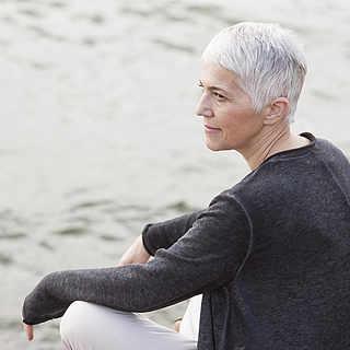 Frau in den Fünfzigern entspannt sich am Strand