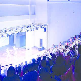 Entertainment Saal mit Bühne und Menschenmenge