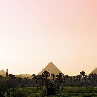 Sonnenuntergang mit den Pyramiden im Hintergrund