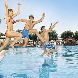 Spaß am Pool mit Freunden