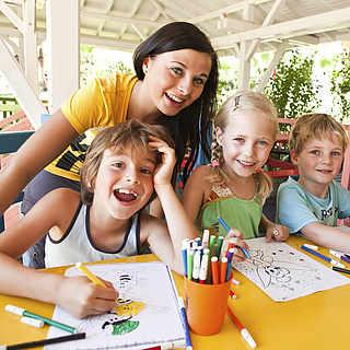Kinder beim Malen mit der Animateurin im Club