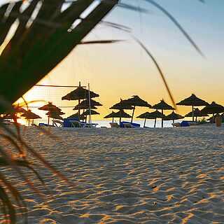 Strand und Sonnenuntergang am Abend