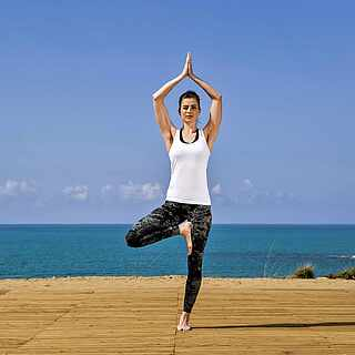 Yoga Frau am Meer-MAGIC LIFE.com