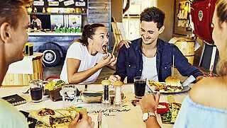 Paar im Restaurant Downton