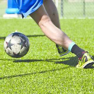 Fußball auf gepflegtem Rasen