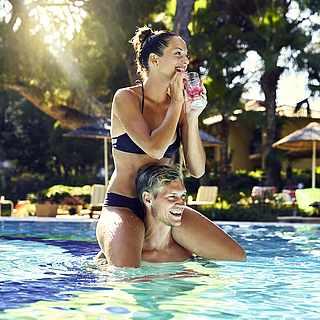 Paar im Pool