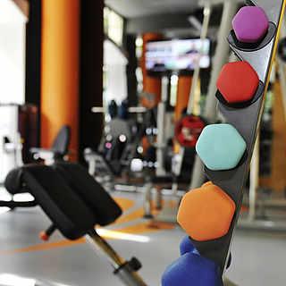 Fitnessraum mit verschiedenen Fitnessgeräten