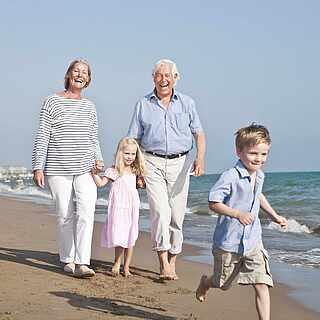 Sparziergang mit der Familie am Strand