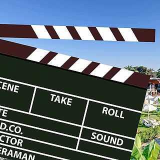 Filmklappe vor Hotelanlage