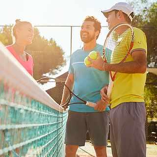 Tennistrainer vor einem Tennisclub