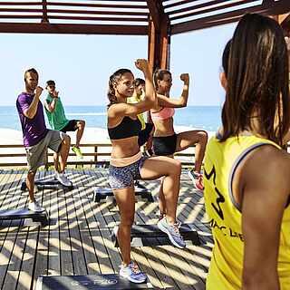 Step-Aerobic unter einem Sonnendach