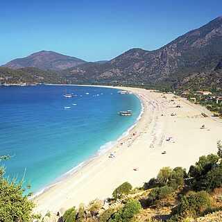 [Translate to English (en_EN):] Weißer Sandstrand an der Türkischen Riviera