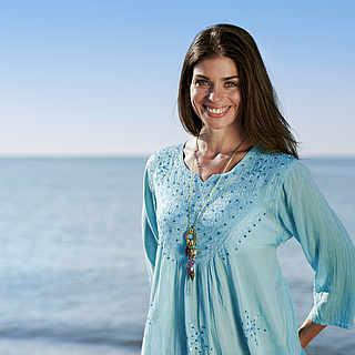 Frau in den Dreißigern am Strand