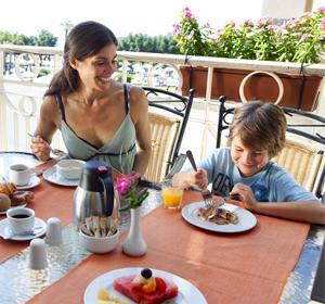 Familie beim Essen - MAGIC LIFE.com