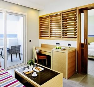 Wohnraum in der Familiensuite mit Meerblick im Club Marmari Palace - MAGIC LIFE.com